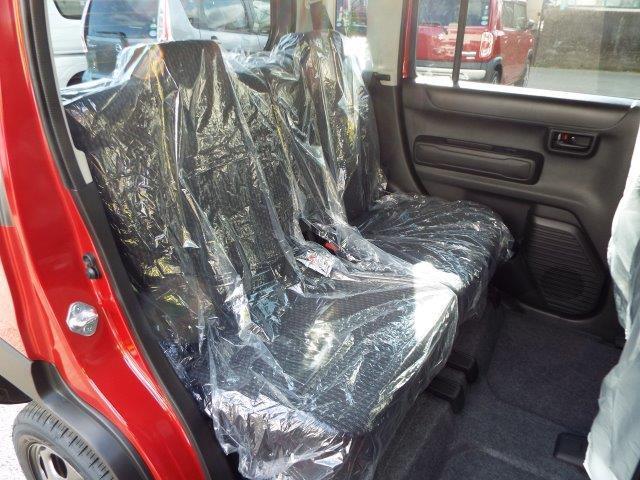 乗り心地がいいシートでアームレスト付き!後部座席はセパレートで倒れるので使いやすいですよ!