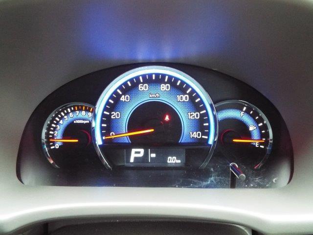 運転しながらでも安全に確認のしやすい大きなメーター!便利な収納スペース、ドリンクホルダー完備!