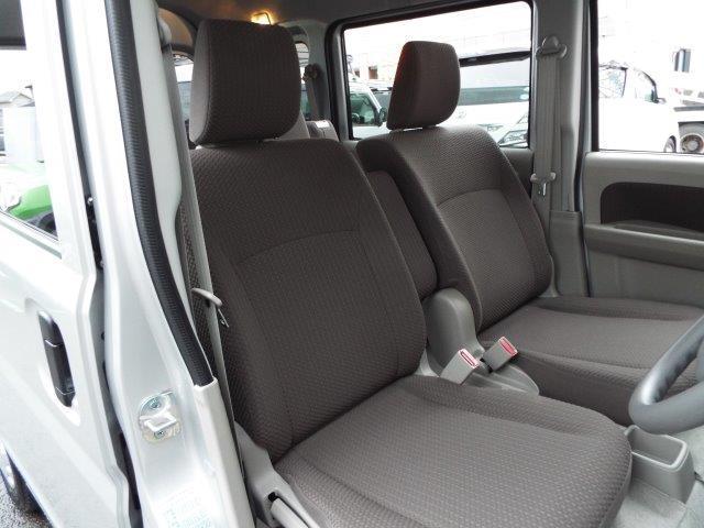 座り心地の良いファブリックシート!前席はリクライニング機能付き!