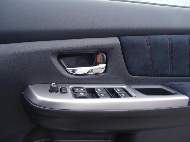 ドアに付いているスイッチでドアミラーもドアロックもパワーウインドーも操作できます。