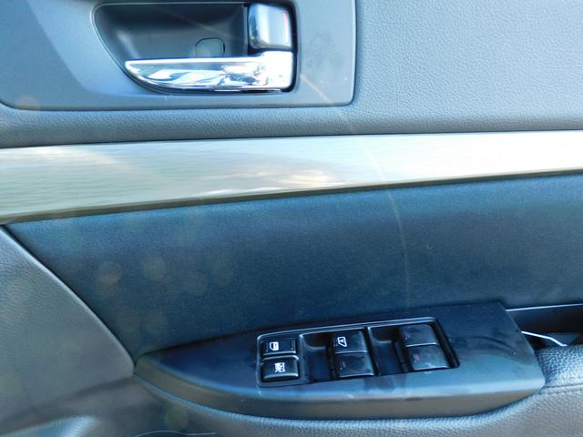 ドアに付いているスイッチでドアロックもパワーウインドーも操作できます