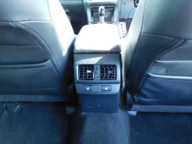 後部座席中央にエアコンベンチレータースイッチが付いています。