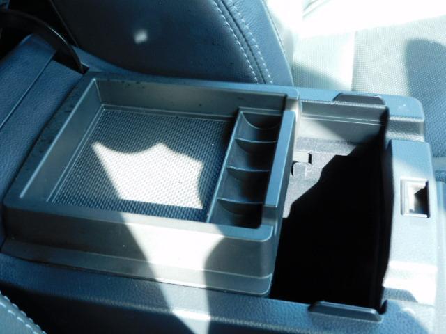 センターコンソール内に小物入れトレーが付いています。