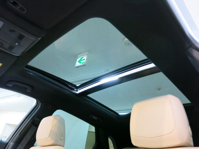 ウルトラビューパノラミック電動サンルーフは解放感溢れるドライビングをお楽しみいただけます。ガラスは、UVカットガラスを使用し、電動サンシェードも備えております。