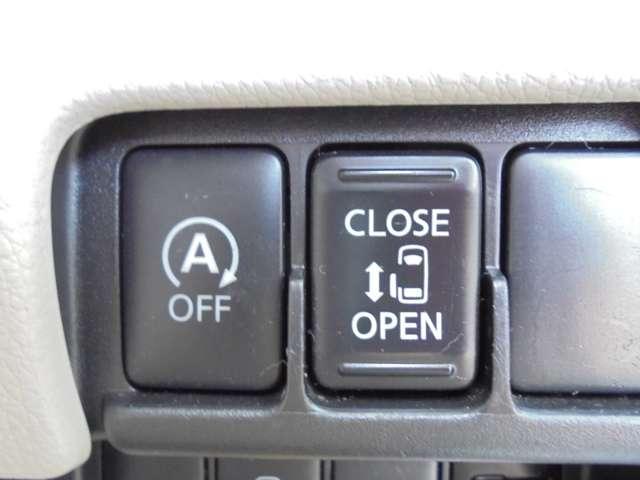 左側はオートスライドドアになっています。運転席からでもワンタッチで操作できるんです。アイドリングストップ機能が装備され、燃費向上のサポートをしてくれます!