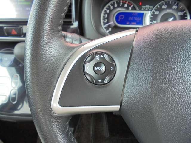 オーディオの切り替えやボリュームの調節はハンドルにあるステアリングスイッチで操作できるので安全ですよ!