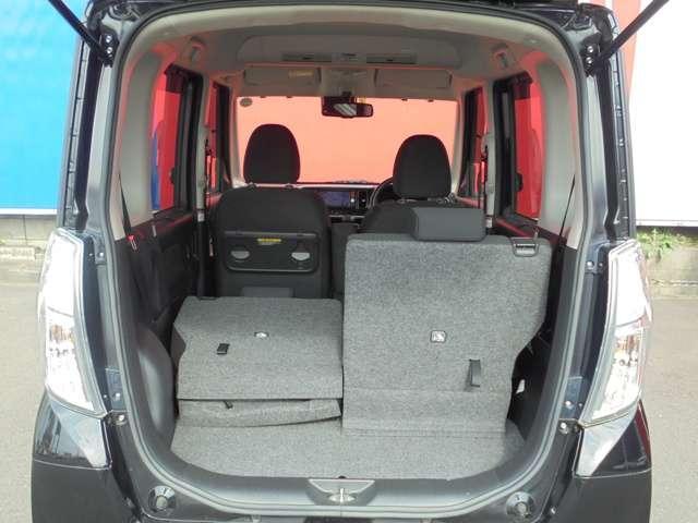 リヤシートは、分割して倒せるので、乗員や荷物に合わせてアレンジ可能です!