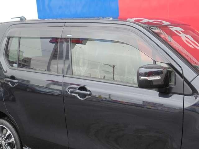 プラスチックバイザー装備!小雨時の車内換気などに役立ちます。
