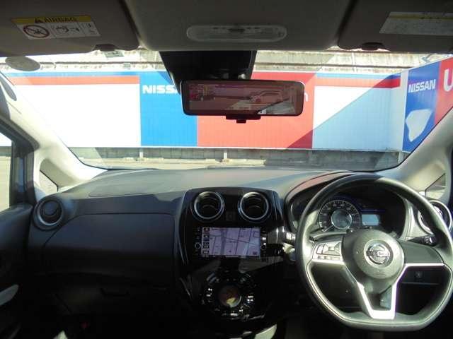 ますますドライブが楽しくなる、明るく開放的な運転席まわりです。