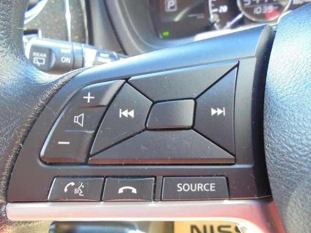 オーディオの切り替えやボリュームの調節はハンドルにあるステアリングスイッチで操作できるので、安全ですよ!