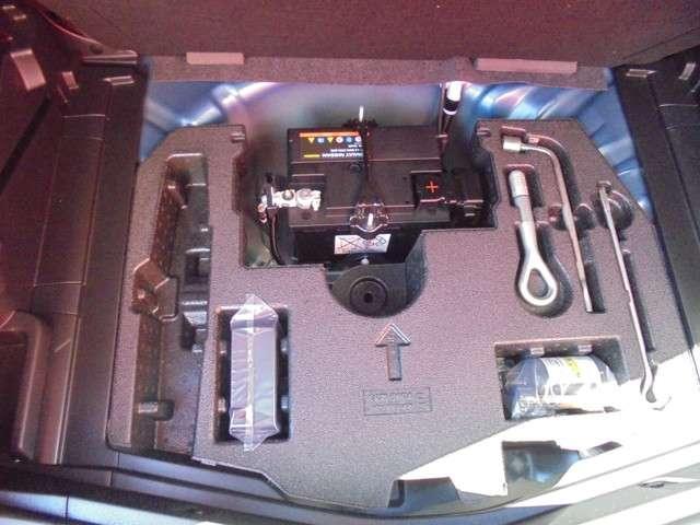車載工具、タイヤパンク修理キットあります。