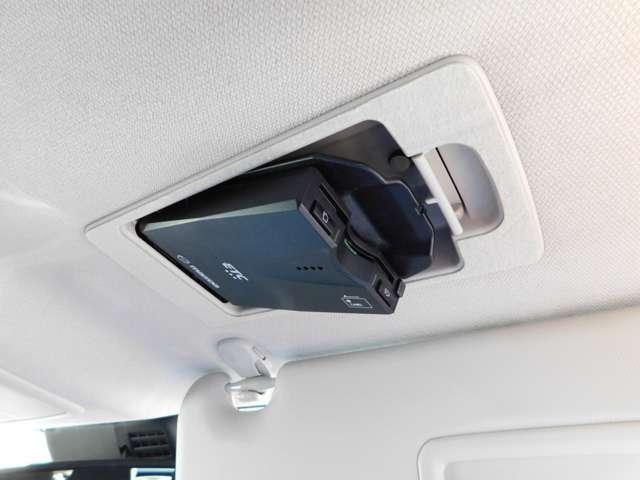 【ETC車載器】  ディーラーオプションのスマートインETCは、運転席頭上のバイザーの裏側にビルトインされています。