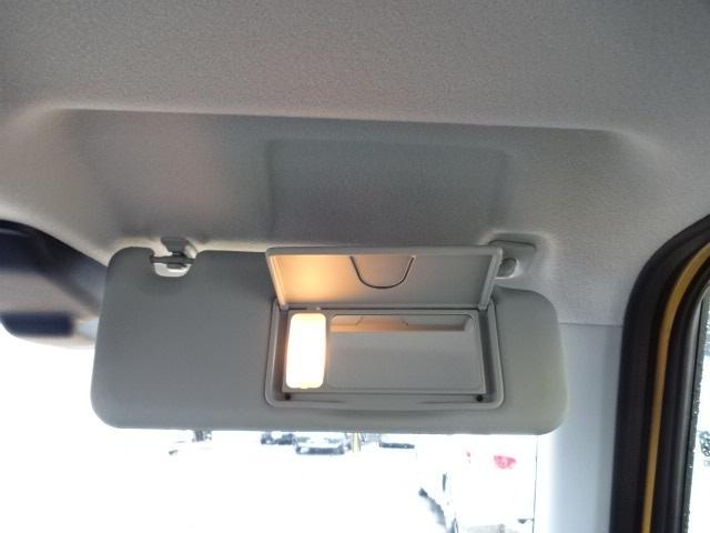 サンバイザーにライト付きバニティミラー完備!