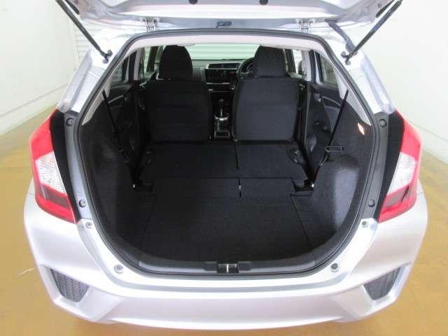 シートアレンジで後部座席を格納すると大容量トランクスペースに!