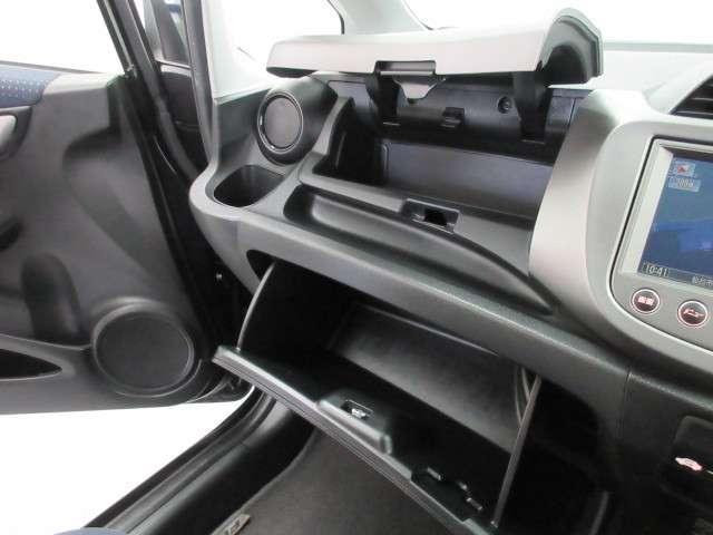ダシュボードには、十分な容量の収納BOXがあり、いつもすっきりとした車内、ほしい場所にちょうど良い収納を備えてます。色々しまえて便利ですよ!