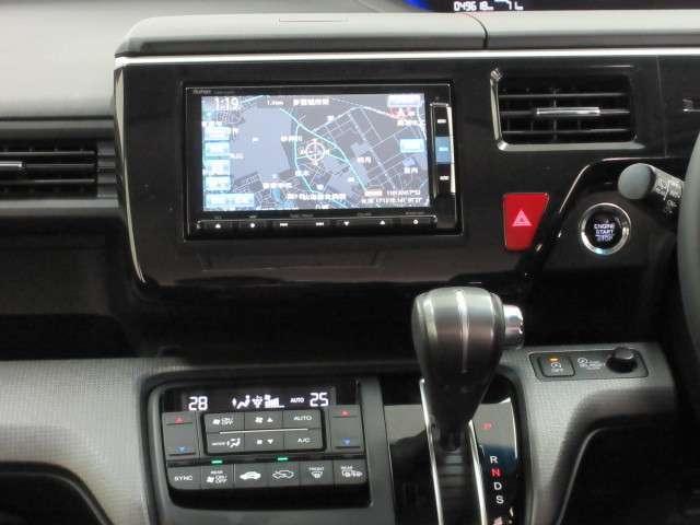 エアコンは運転席、助手席、後席をそれぞれ独立して調整できるトリプルゾーンコントロールエアコンです