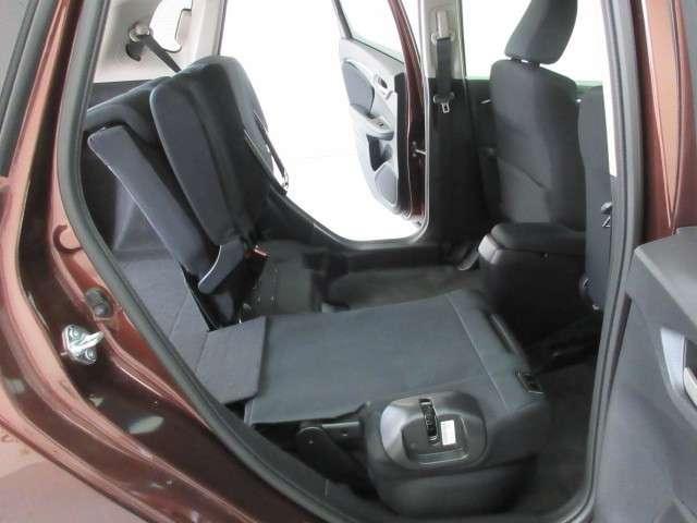 リアシートの座面を上げると背の高い荷物を積む事ができます