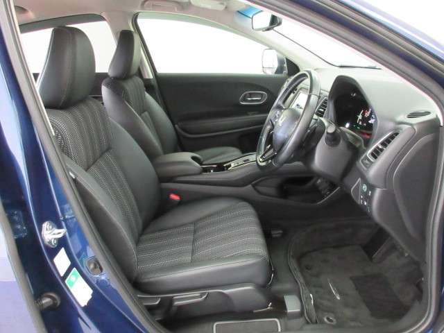 フロント広々、セパレートシートの運転席は、ハイトアジャスターが付いているので、快適にドライブができます。ハンドルはテレスコピック機能で、ハンドル位置を上・下・手前・奥に調節できます