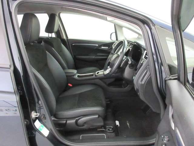 【前席シート】充分な広さを確保した、快適な前席シート!アームレスト付ですので、長距離ドライブも楽になります♪運転席にはシート高を調整できるハイトアジャスターも付いていますよ♪