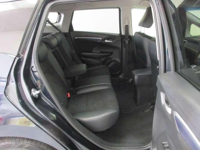 【後席】後席シートもとっても足元広々! ロングドライブも快適です。ぜひ一度、実車にてご体感下さい。