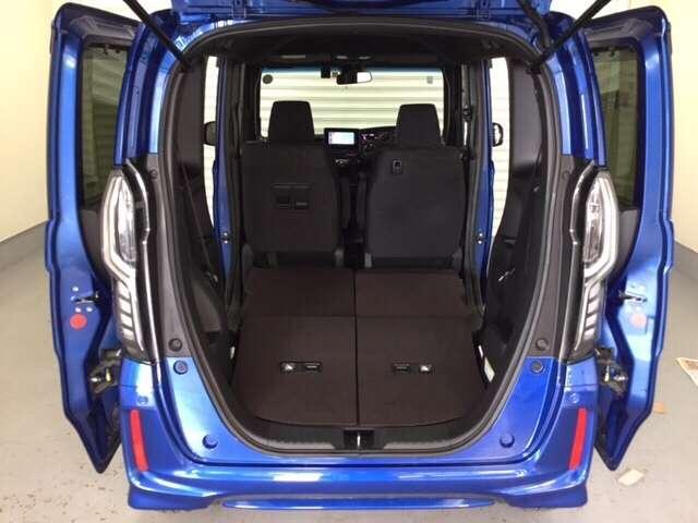リアシートをたたむと広い車内空間ができます