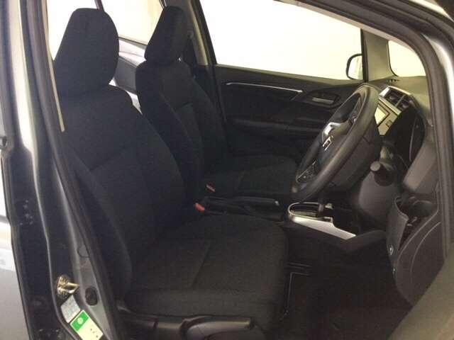 充分な広さを確保した、快適な前席シート!運転席にはシート高を調整できるハイトアジャスターも付いています♪