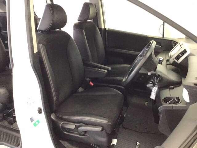 充分な広さを確保した、快適な前席シート!アームレスト付ですので、長距離ドライブも楽々♪運転席にはシート高を調整できるハイトアジャスターも付いています♪