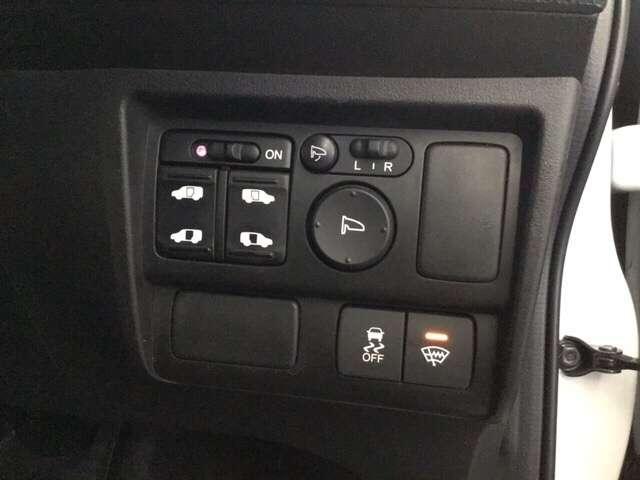運転席で後席スライドドアを開閉するスイッチ。お荷物を沢山持ったゲストや一人でドアの開閉をできないお子様の送迎時、スマートに対応できる思いやりとおもてなしの装置です。