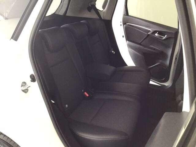 後部座席もゆったりと座れるスペースを確保。足元も広々。黒を基調にした落ち着いた内装になっています。