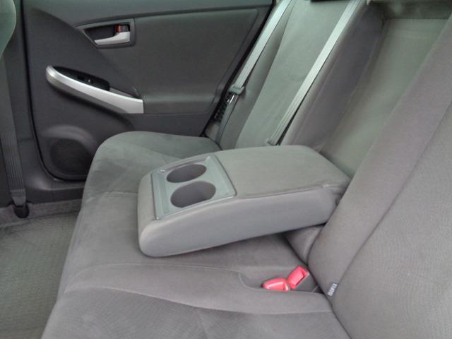 ロングドライブに活躍するアームレスト。リアシートをより快適にします。使用しない時は背もたれ部に格納できるシート一体型です。