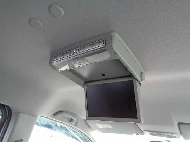 天井吊り下げ式の大型モニター。ドライブ中のお子様が飽きずに過ごせます。