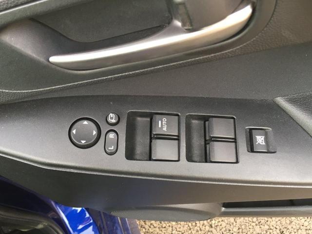 パワーウィンドウのスイッチです。運転席にいながら窓の開け閉めのコントロールができますよ。ロック機能で、イタズラして窓を開けるという事もなくなりますよ