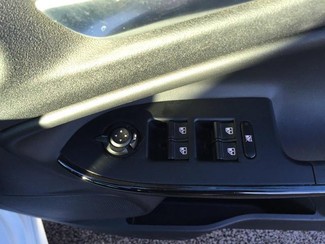 パワーウィンドウのスイッチです。運転席にいながら窓の開け閉めのコントロールができますよ。ロック機能で、かわいいお子様がイタズラして窓を開けるという事もなくなりますよ