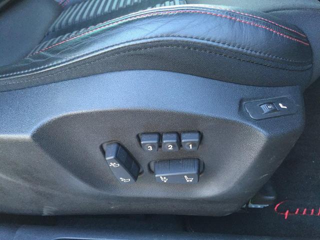 電動パワーシートはボタン一つで細やかな調整が可能ですよ。意外と力がいるシートの調整もラクラク、簡単にシートポジションの調整ができます