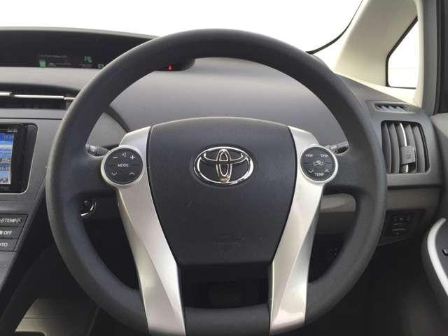 ステアリングで、オーディオ等の操作ができます。運転中も視線を替えずにカンタンに操作できます。でも急いでいないときは、クルマが止っているときに操作しましょう。