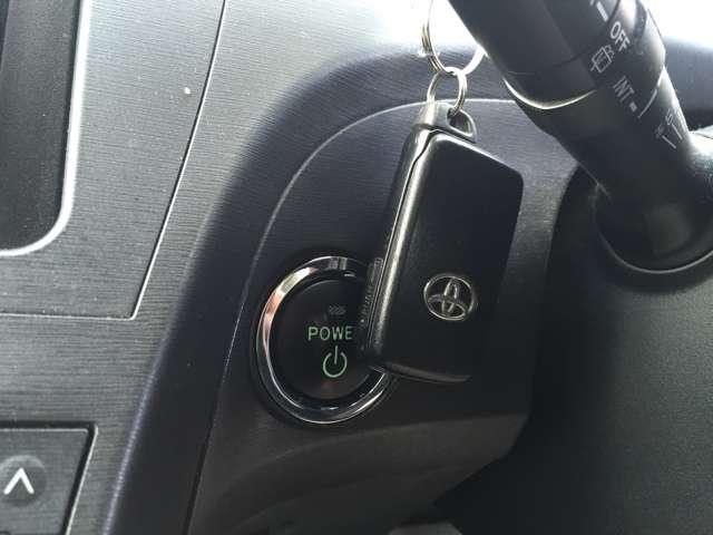 プッシュスターターです。エンジンの始動は、このボタンを押すだけ。カギはカバンやポケットの中のままでOKです。初めて使うときは、感動します。慣れてくると、無いクルマに乗るとスゴク面倒に思います。