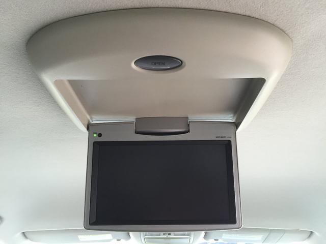 後席用フリップダウンモニター これがあることで、同乗者の長距離ドライブがさらに楽しくなります。お子様にも人気の装備ですよ。