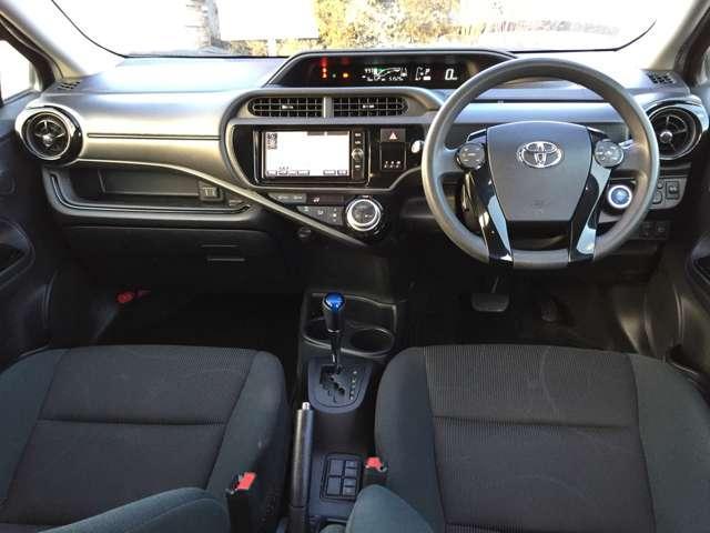 操作しやすいフロアシフト&黒を基調とした落ち着いた雰囲気の車内です☆