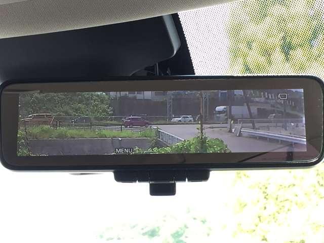 「インテリジェントルームミラー」車室内の状況にかかわらず、車両後方にあるカメラの画像をルームミラーに映し出します。