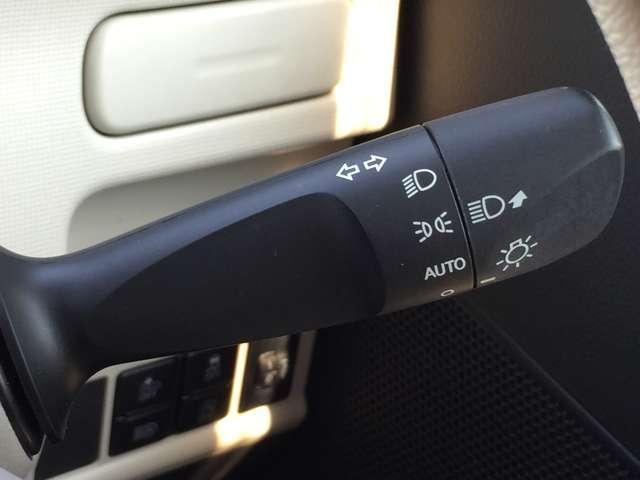 「オートライト」 暗くなると自動でライトが点灯し、安全運転を手助け!
