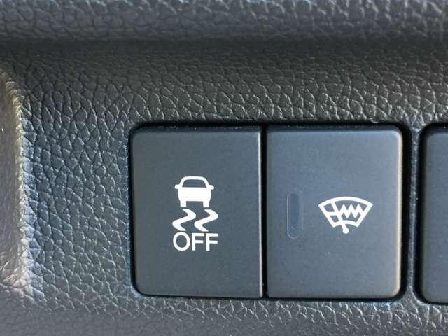 「横滑り防止装置」カーブを曲がるときに車が外側に膨らむアンダーステア、カーブを曲がるときに内側に巻き込むオーバーステアなどを抑える機能です。