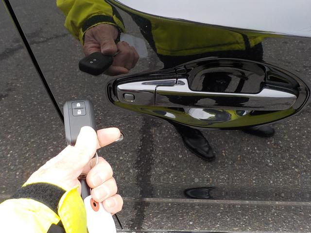 両手に荷物を抱えていても、携帯リモコンを身につけていれば、リクエストスイッチを押すだけでドアの施錠・解除が可能です