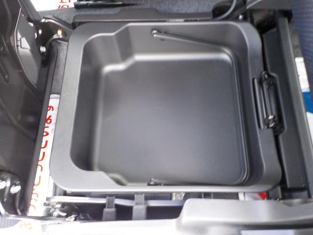 助手席の下にスッキリ収納できる、助手席シートアンダーボックス。ボックスの取り外しが可能で、そのまま持ち出すことができます