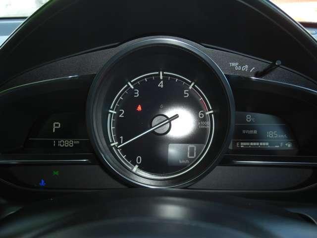 【メーターパネル】  タコメーターがメインのパネルです。スピードはさらにヘッズアップディスプレイに表示されます。