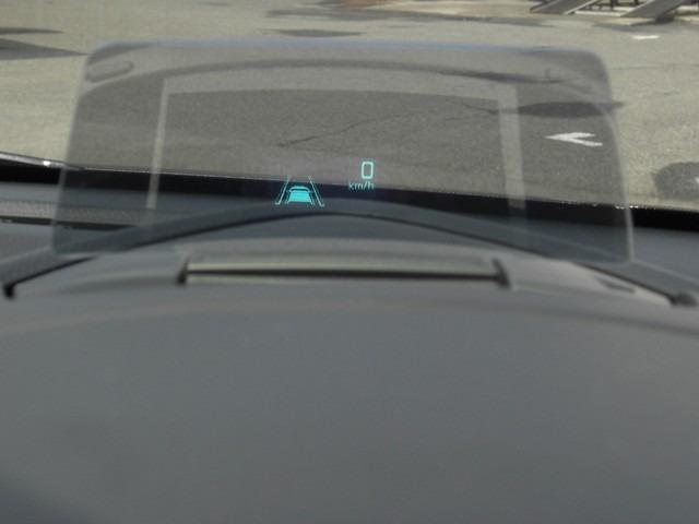 【ヘッドアップディスプレイ】  走行中、視線を落とさずにスピードなどを確認できます。