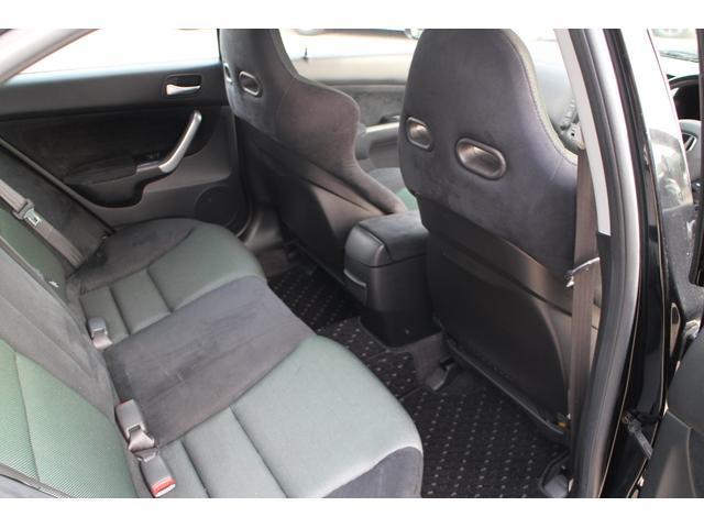 第三者機関の日本自動車鑑定協会(JAAA)の鑑定師が中古車を鑑定。プロがグレーディングレポート(鑑定書)を一台一台に発行します。