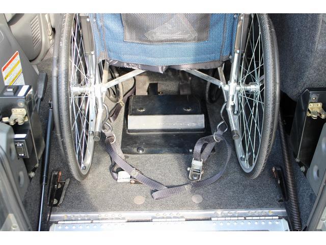 手動固定装置で車椅子をしっかりと固定してくれます。