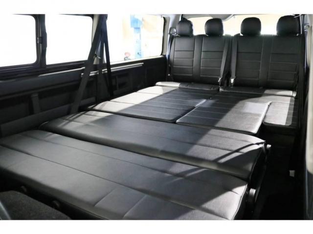 セカンドシートをフラットに変形させて広々としたベッドアレンジに!大人でも足を伸ばして寝れます!