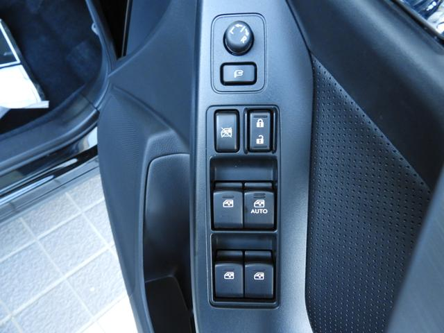 パワーウインドウスイッチです。傾斜をつける事で操作性が上がっています。集中ドアロックボタンやイタズラ防止のウインドロックボタンも纏めてあります。