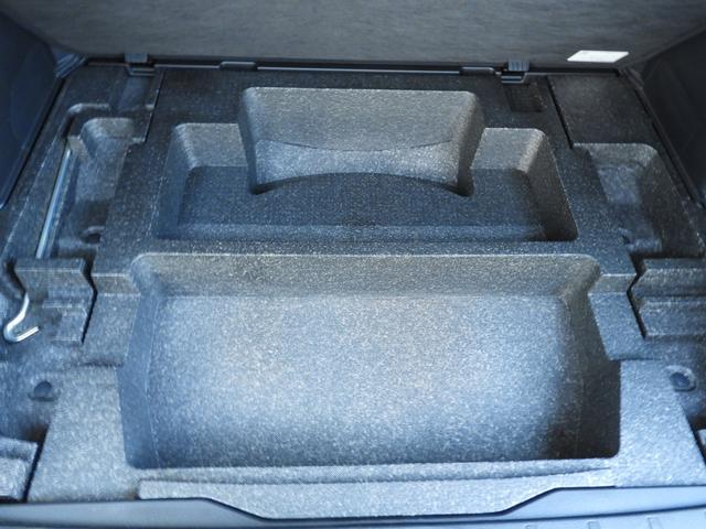 ラゲッジ下には容量充分のサブトランクを確保です。